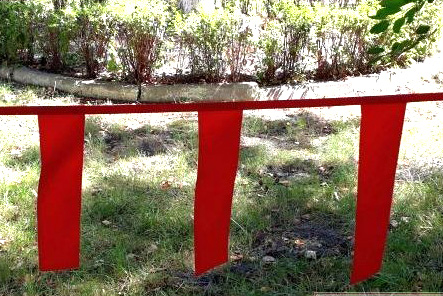 Fladry girlandy czerwone chorągiewki do odstraszania wilków i zwierzyny leśnej  5F - 1 mb - zdjecie 1